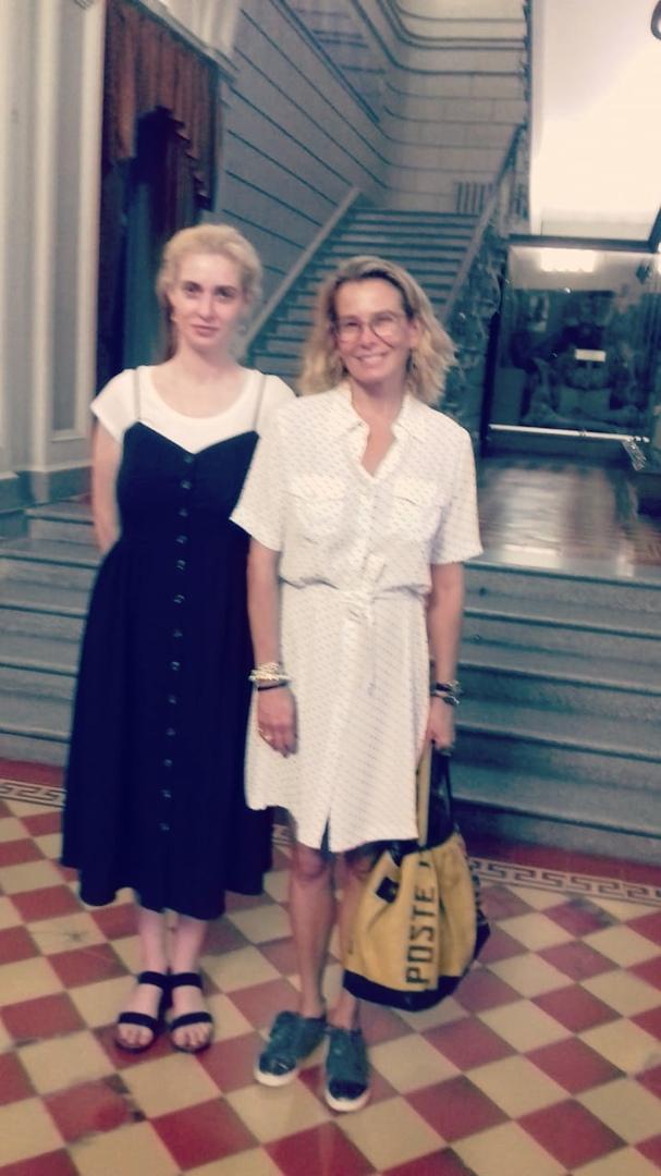 Юлия Высоцкая в гостя у музея.