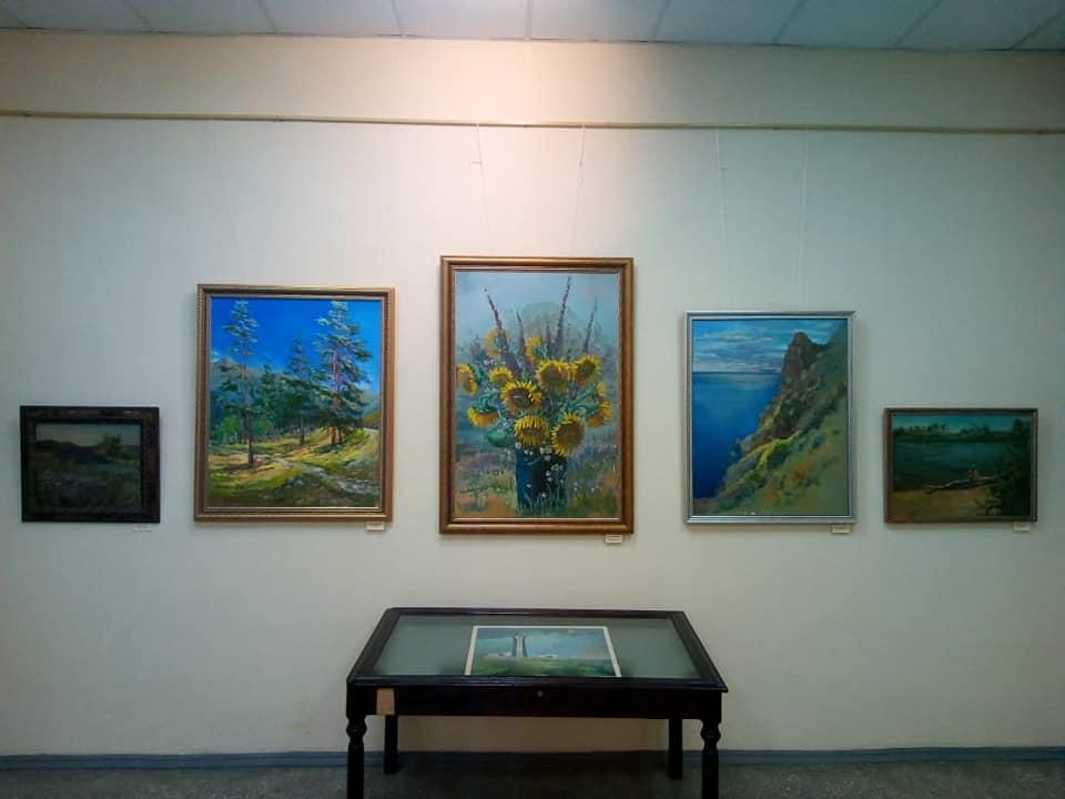 В Выставочном зале Дома-музея И.И. Крылова продолжает работать выставка «Творческие виражи».
